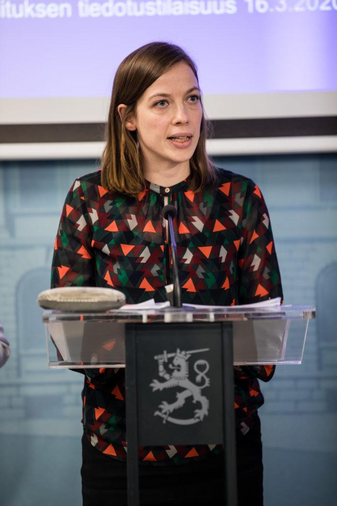 Skolorna ska inte hållas stängda om det inte är nödvändigt, meddelar utbildningsminister Li Andersson (VF). Bild: Laura Kotila / Statsrådets kansli.