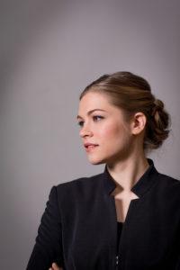 Elisa Huovinen är Akademiska sångföreningens första kvinnliga dirigent.
