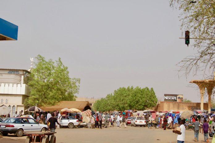 Nigers huvudstad Niamey. Stora människosamlingar är vardagliga i huvudstaden. Bild: Wikimedia/ Roland Huziaker/ CC BY-SA 2.0