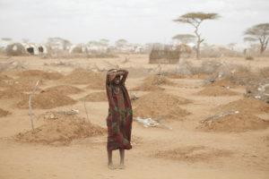 Torka är ett av de problem som som drabbar många länder i Afrika. I bilden står en flicka bland 70 gravar utanför Dabaab i Kenya. Bild: Wikimedia/ Andy Hall/Oxfam CC BY 2.0