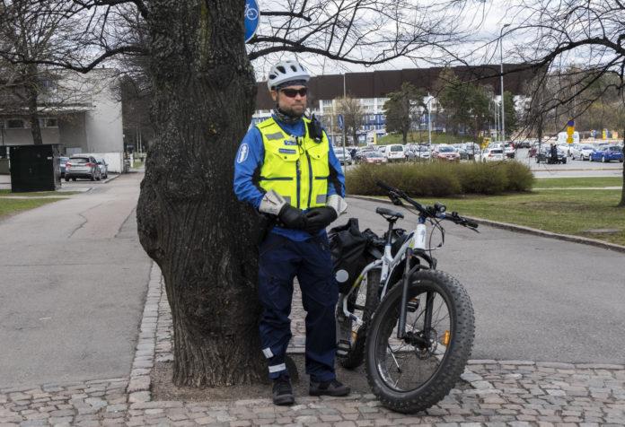 Smockas reporter Ellen Forsström stötte på en en polis som berättade att man kan förvänta sig att se en hel del cykelpoliser under vappen. Bild: Ellen Forsström