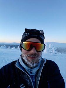 Jonatan Panula i ett snöigt landskap.