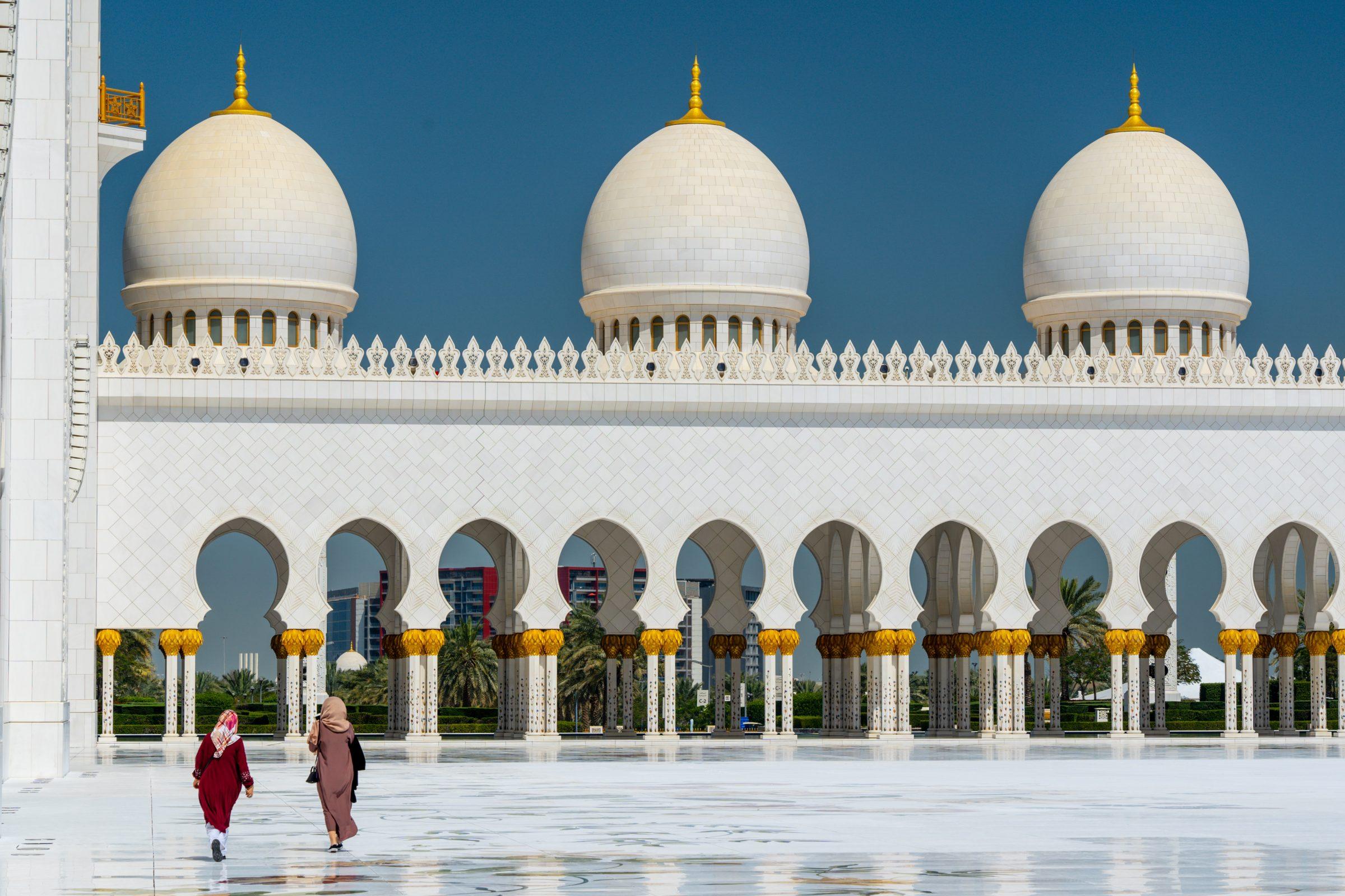 Två kvinnor iklädda i burkha går utanför en moské i Abu Dhabi, i Förenta Arab Emiraterna