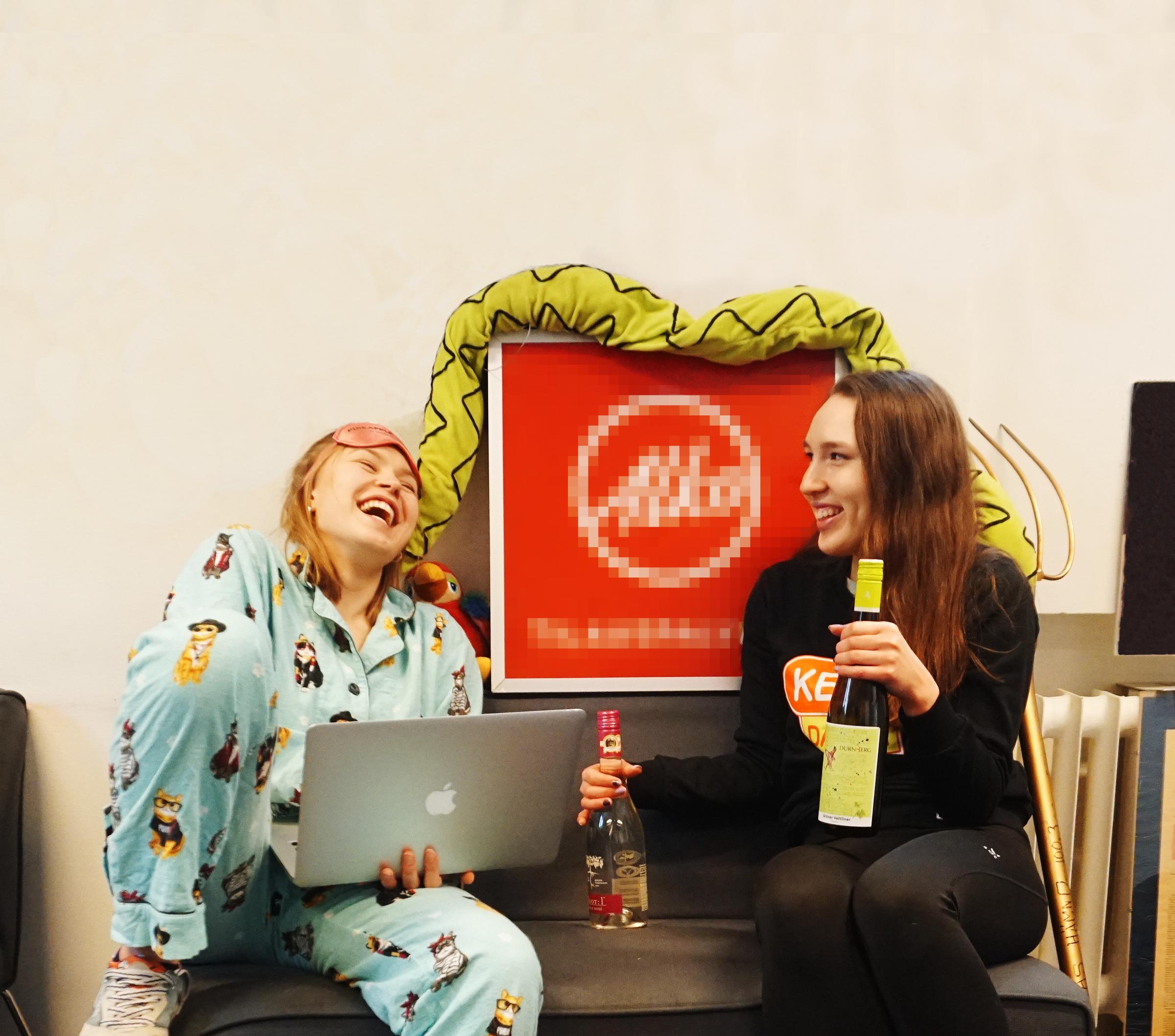 Pinsamma podden, Moa och Evelina sitter på en soffa med en alko-skylt