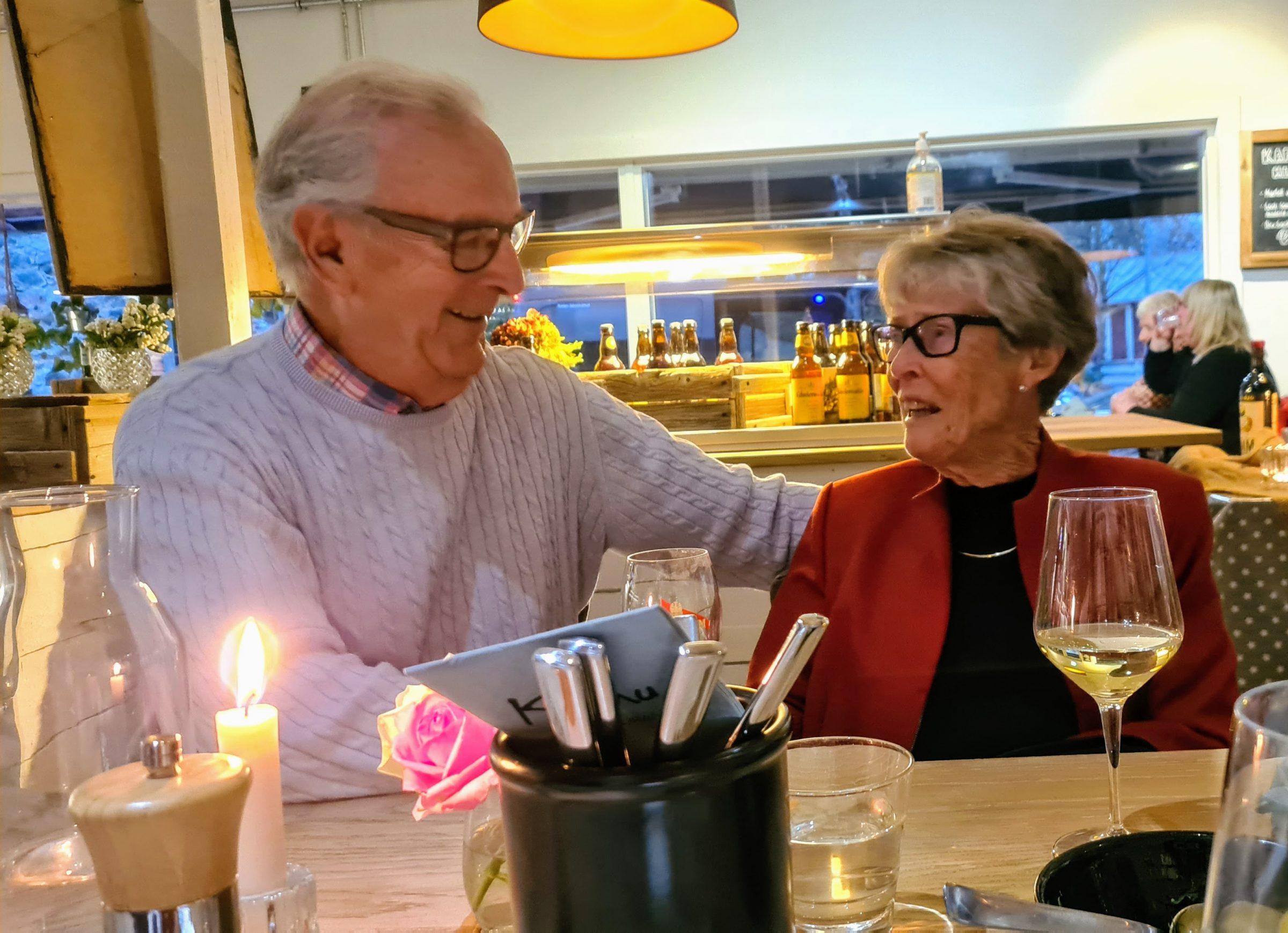 Sten och Maj-Lis Holmström sitter på en restaurang